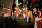 Vélos garés près d\'un magasin japonais pendant la nuit